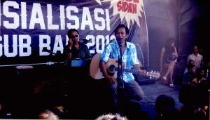 Artis Penyanyi Pop Bali, Anak Agung Raka Sidan menjadi bintang tamu dalam Pementasan Seni Budaya dalam rangka Sosialisasi Pilgub Bali 2013