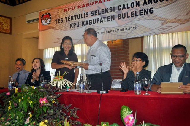 Perwakilan KPU Provinsi Bali menyerahkan soal ujian tes tertulis kepada Ketua Tim Seleksi Calon Anggota KPU Buleleng Periode 2013-2018