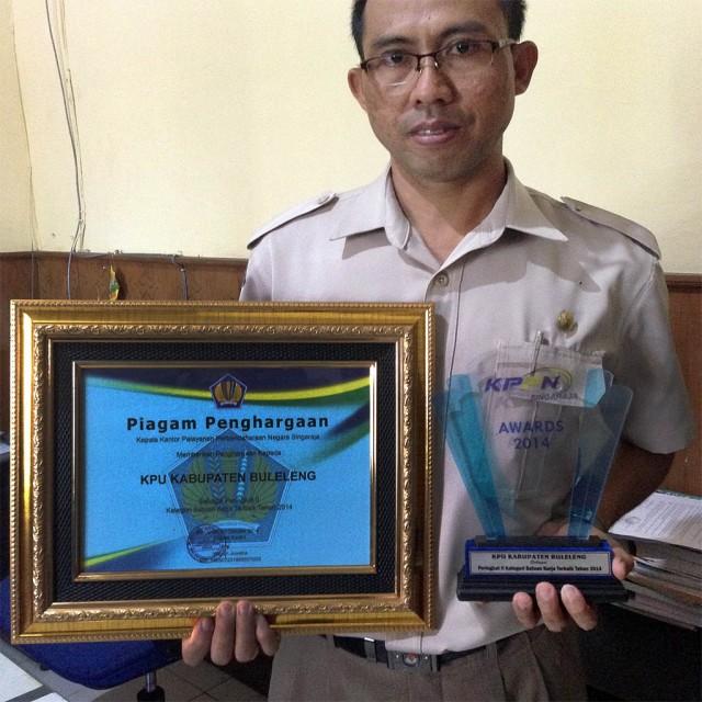 Piagam dan Trofi Peringkat II Satker Terbaik dalam KPPN Singaraja